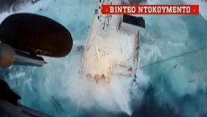 YOUTUBE Nave affonda: le immagini dello spettacolare salvataggio dei marinai