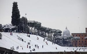 Roma, piano anti neve e gelo: Raggi come Alemanno, esercito per strada?