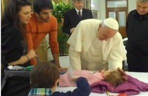 """Noemi, la bimba malata si Sma incontra il Papa: """"Dammi il tuo cappello"""""""