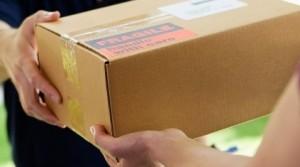 Truffa dei pacchi di Natale: finti corrieri vi chiedono soldi. Ma dentro non c'è nulla