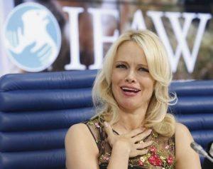 """Pamela Anderson da animalista a Mosca: """"Non usate pellicce vere in Russia"""""""