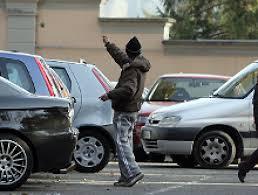"""I Calderas, famiglia di parcheggiatori abusivi <br /> """"Ogni giorno guadagnano anche 80 euro"""""""