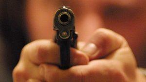 Rapinatore gli punta la pistola contro. Sedicenne lo stende con un pugno