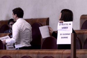 """Muraro. Pd contro Raggi, rissa in aula con M5S: """"Di notte fa i video, di giorno dorme"""""""