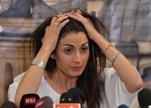 Virginia Raggi, fra virus e spermatozoi a 5 stelle Roma chiede dimissioni
