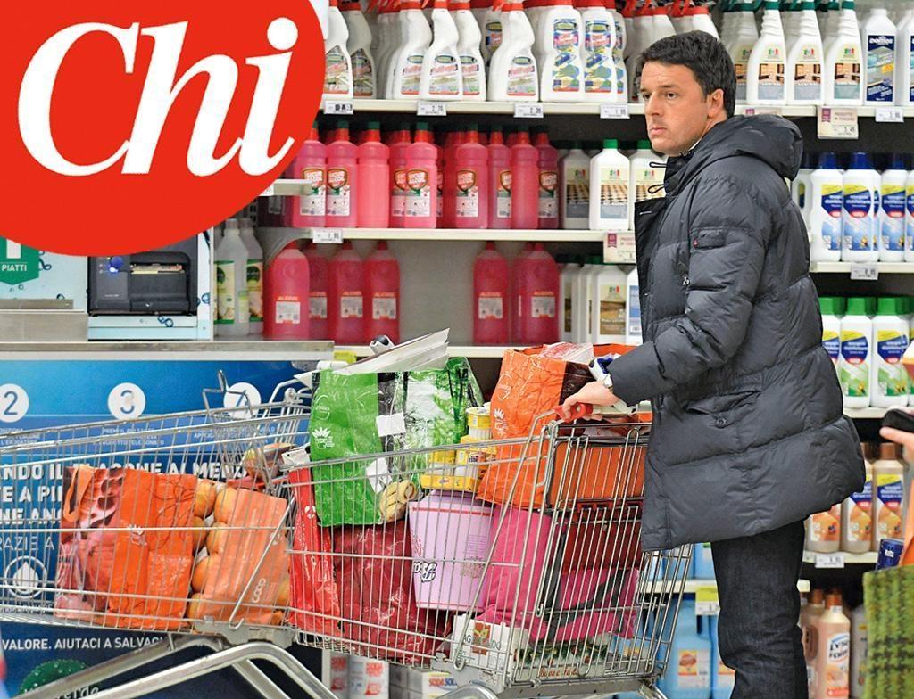In una foto del 14 dicembre 2016 che apparirà sul prossimo numero di 'Chi', l'ex presidente del Consiglio Matteo Renzi fa la spesa alla Coop di Pontassieve. Era in compagnia della moglie Agnese e della figlia Ester (Ansa)