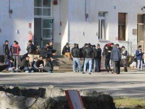 Migranti, rissa fra richiedenti asilo finisce a bastonate: 4 arresti
