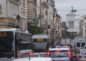 Blocco traffico Roma oggi domenica 11 dicembre: 970 i controlli, 161 le multe