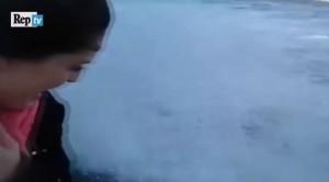 VIDEO Si filma davanti al mare agitato ma...l'onda la travolge e la fa cadere a Sochi
