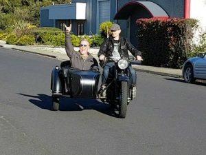 Fan russo regala a frontman metallica una motocicletta sovietica
