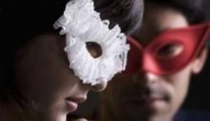 Ariccia, moglie e marito si ritrovano per caso...nella villa per scambisti: scoppia rissa