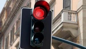 Banda dei semafori: donna in auto ferma al rosso, loro spaccano il vetro e rubano la borsa