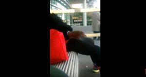 VIDEO YOUTUBE: donna si gratta parti intime e poi si annusa a fermata bus
