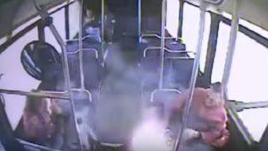 VIDEO Sigaretta elettronica gli esplode in tasca. Regola: togliere la batteria e custodirla bene