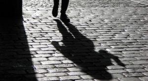 Amore diventa ossessione: stalker scrittrice molesta moglie dell'amante
