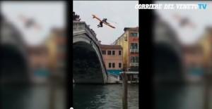 Venezia, turista si tuffa dal Ponte degli Scalzi: tavola da surf e muta nel Canal Grande