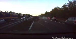 Tesla con autopilota prevede e evita incidente stradale