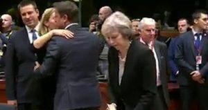 YOUTUBE Effetto Brexit: Theresa May va a Bruxelles e...tutti la ignorano