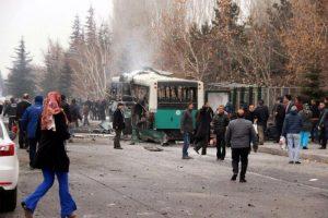 Turchia, autobomba fa saltare in aria autobus
