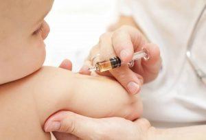Vaccini, pericolo mamme per i figli: la metà non si fida