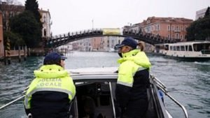 Venezia, polizia municipale: vigili senza codino, piercing, trucco pesante...