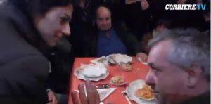 """Virginia Raggi, il rimprovero al pranzo coi poveri: """"Hai sbagliato sulle olimpiadi"""" VIDEO"""