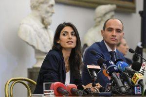 Virginia Raggi espulsa? Beppe Grillo ha il post pronto. Lei resiste ma...