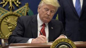 """Trump """"congela"""" per 4 mesi l'immigrazione. E stop ai cittadini da 7 paesi islamici"""