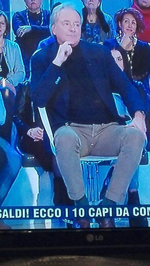 Corrado Tedeschi, pantaloni bucati: tutto ripreso in diretta tv 01