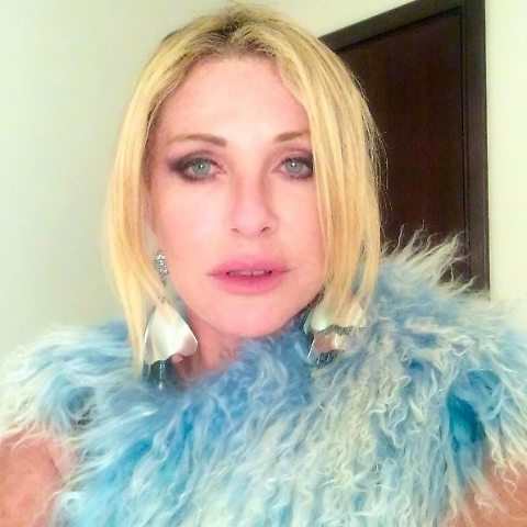 Paola Ferrari, vacanze a Dubai: in bikini nero tra la frutta... 02