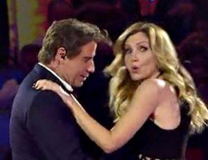 YOUTUBE John Travolta palpa Lorella Cuccarini durante balletto a Music