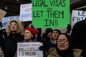 Aeroporti assediati: la protesta contro lo stop di Trump sull'immigrazione