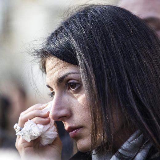 Roma, crolla palazzina Acilia: folla a funerali Debora e Aurora10