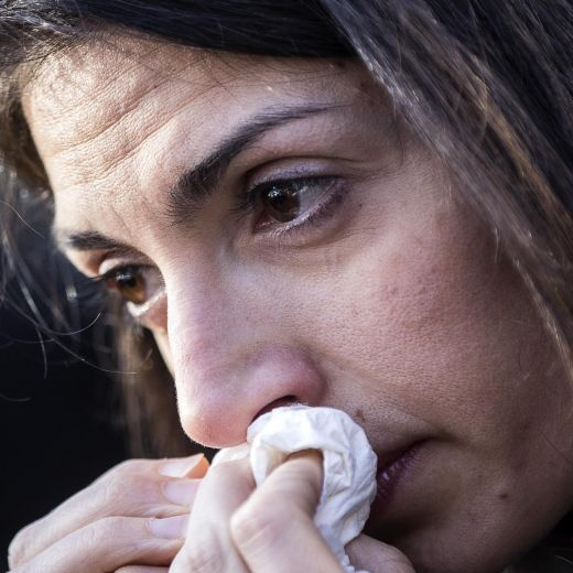 Roma, crolla palazzina Acilia: folla a funerali Debora e Aurora9