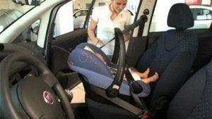 Bambini in auto, fino a 323 euro di multa per chi non è in regola