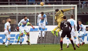 Milan-Napoli, Gigio Donnarumma sfiora il gol di testa FOTO