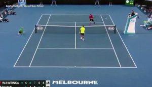 Australian Open, Klizan colpito all'inguine da una pallina si accascia a terra