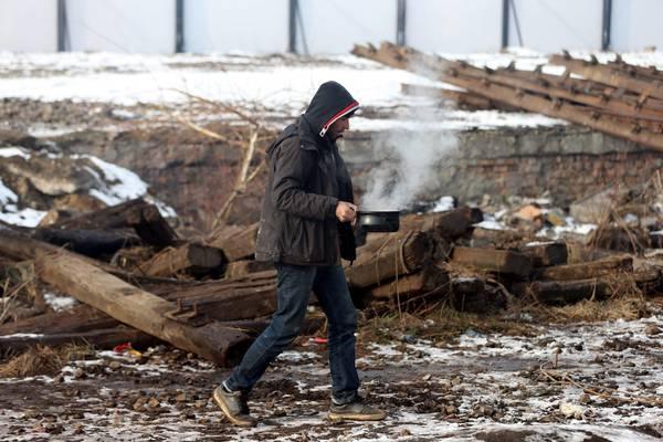 Belgrado, 2mila migranti aspettano sotto la neve a -15 di notte