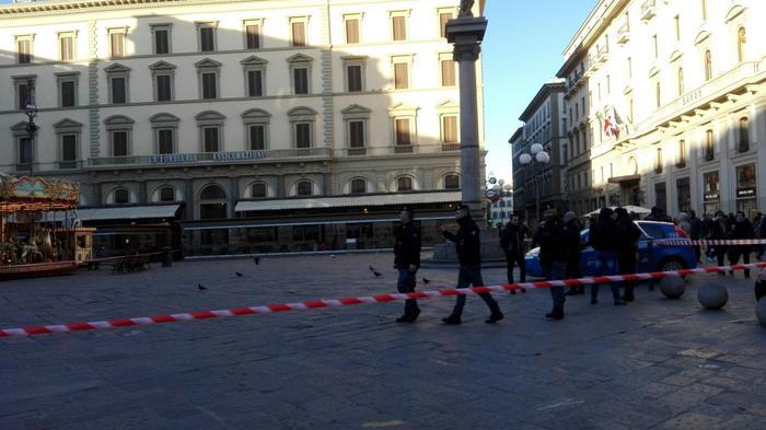 Borsa sospetta a Firenze fatta brillare, all'interno c'era un profumo5