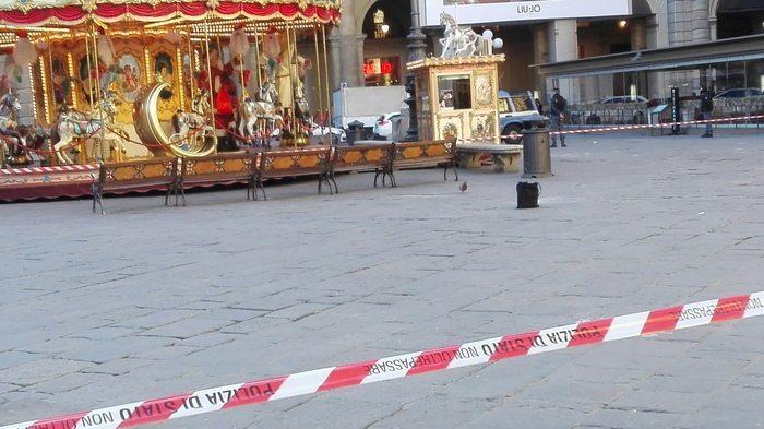 Borsa sospetta a Firenze fatta brillare, all'interno c'era un profumo4
