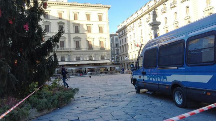 Borsa sospetta a Firenze fatta brillare, all'interno c'era un profumo2