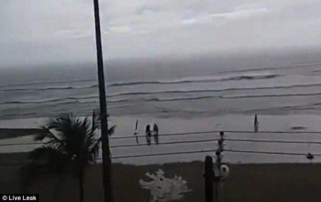Brasile, turista colpita da fulmine su spiaggia5