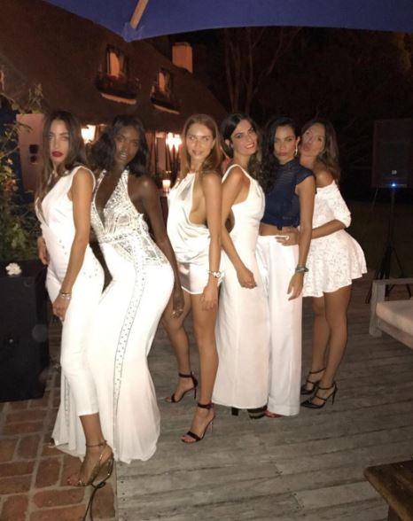 Nicole Minetti, forme splendide in vacanza con le amiche 03
