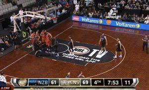 Giocatore di basket occhio salta fuori dopo scontro in campo