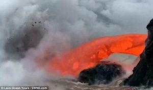 Hawaii, centinaia di tonnellate di lava in mare davanti ai turisti