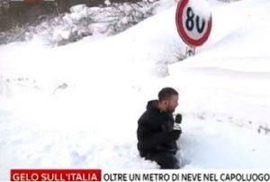 L'inviato di Sky in Molise sprofonda nella neve in diretta tv