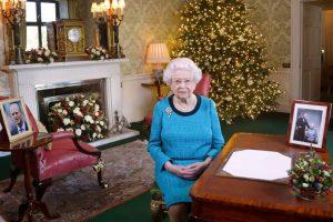 Guardia di Buckingham Palace scambia la Regina per un intruso e quasi le spara