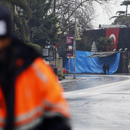 Istanbul, attentato al night club vestiti da Babbo Natale: almeno 35 morti13