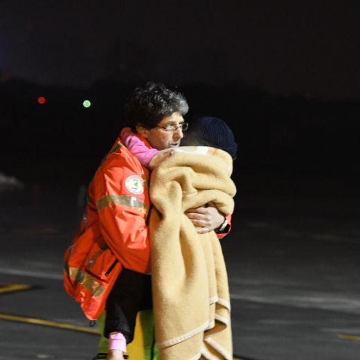 Rigopiano, Ludovica riabbraccia la famiglia: bimbi salvati arrivano in ospedale FOTO