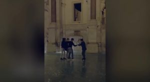 YOUTUBE Fontanone al Gianicolo ghiacciato, ragazzi camminano e...